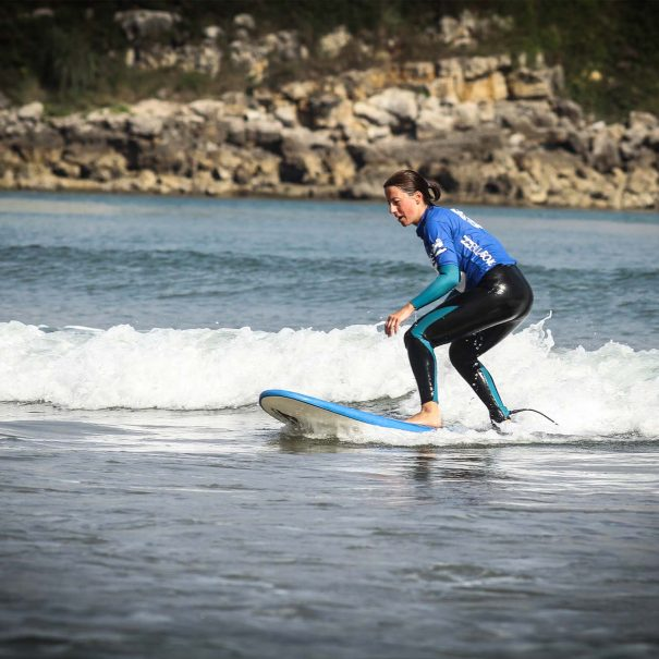 surfista los locos escuela de surf en suances cantabria
