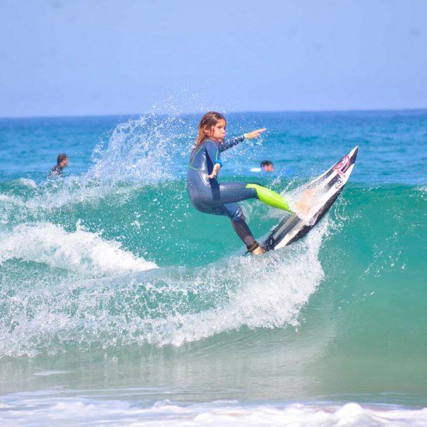 Alvaro Casanova entrenando en la escuela de surf los locos en suances cantabria