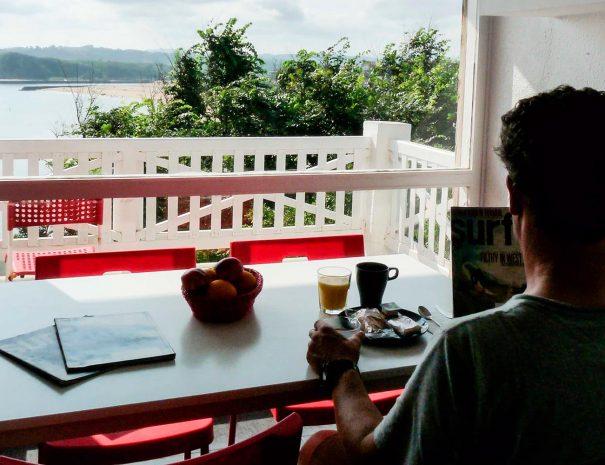 Desayunando en los locos surf house en suances cantabria