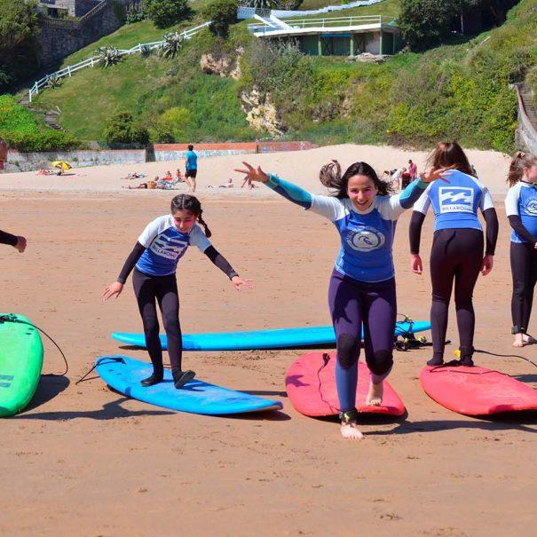 niñas jugando en la playa de la concha en los locos surf school suances Cantabria